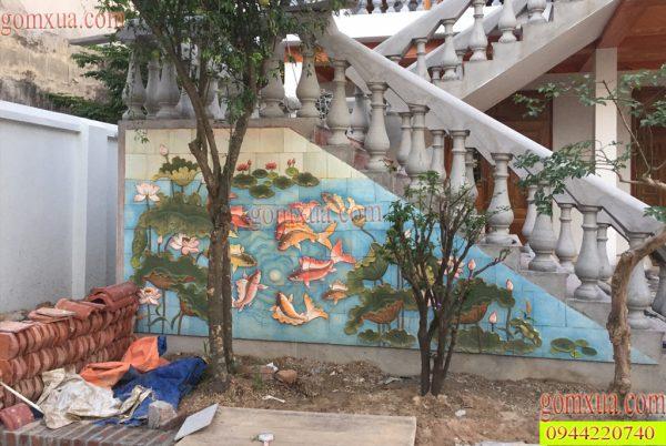 Bức tranh gốm hoa sen cùng cá chép trang trí cầu thang