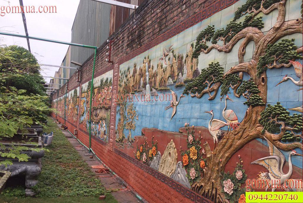 Toàn bộ bức tường sân vườn được trang trí bằng tranh gốm Phù Lãng rất đẹp