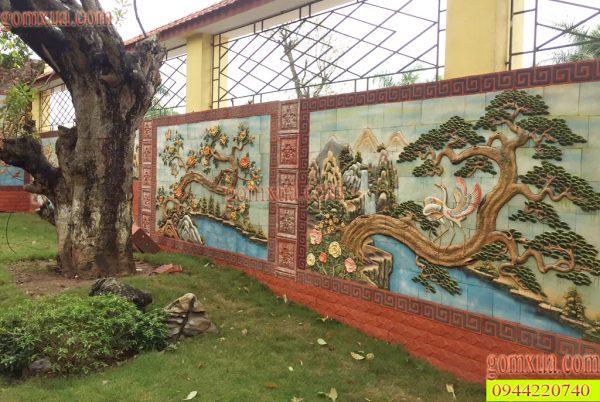 Bức tường được trang trí bằng tranh gốm Phù Lãng
