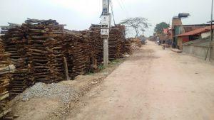 Đâu đâu cũng có củi khô xếp quanh làng gốm Phù Lãng để chờ đốt lò nung gốm