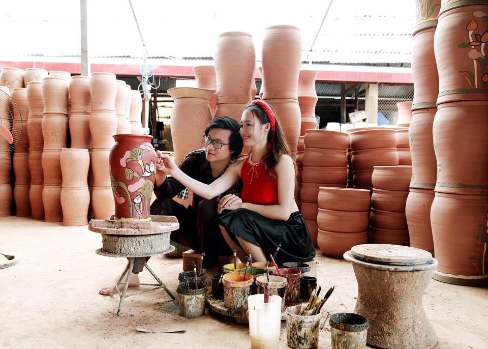 Cô thôn nữ xinh đẹp đang tạo hình cho sản phẩm gốm Phù Lãng
