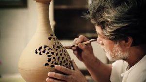 Nghệ nhân làm gốm sử dụng đôi tay khéo léo vuốt đất sét thành những hình thù mong muốn.