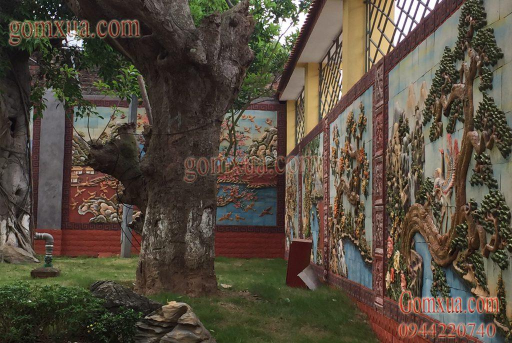 Tổng quan sân vườn được trang trí tranh gốm
