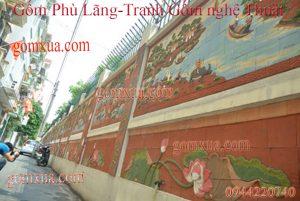 Bức tường được khoác lên mình các mẫu tranh gốm với nhiều chủ đề